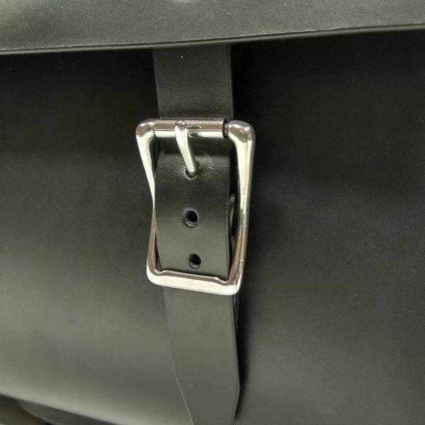 maletín compatible con bicicletas Brompton negro detalle hebilla