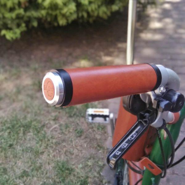 Puños de bicicleta de cuero marrón y anillos negros